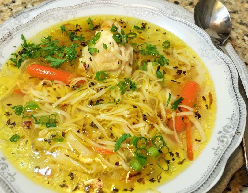 Zupă de găină cu tăieţăi (supă de gaină cu tăiţei de casă)