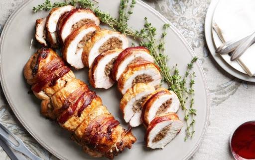 Peșce de porc umplut cu cârnați (mușchiuleț de porc umplut cu compoziție de cârnați, la cuptor).